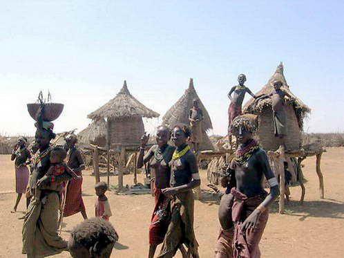 בתיהם של בני השבטים בעמק אומו