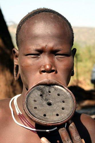 דיסקית בשפה התחתונה של בת שבט מורסי