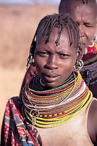 אישה משבט טורקאנה, במלוא הדר תכשיטיה