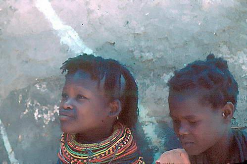 תכשיטי צוואר של נערות שבט טורקאנה