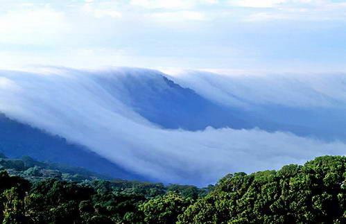 העננים נופלים מבעד לחומות האבן של מכתש נגורונגורו