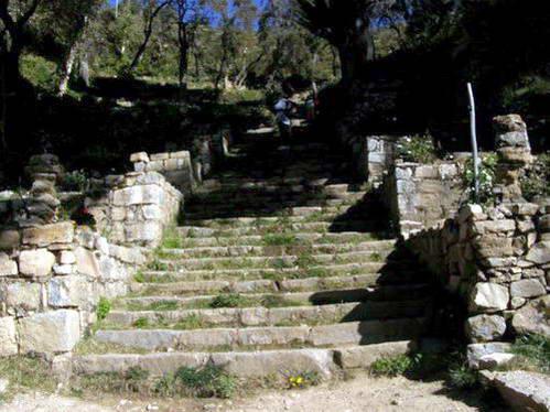 המדרגות לעיירה יומני, אגם טיטיקקה בבוליביה