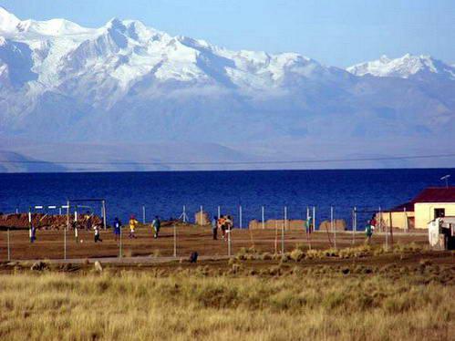 משחק כדורגל בגובה 4,000, בכפר ליד אגם טיטיקקה בבוליביה