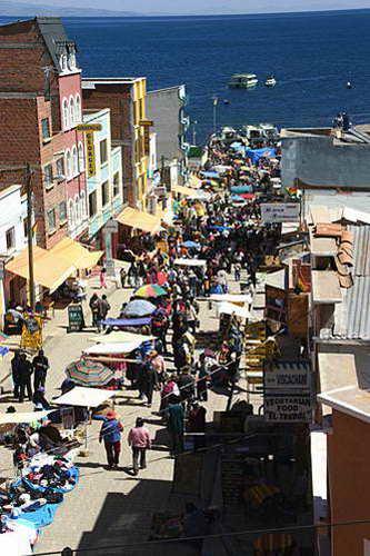 העיירה קופה-קבנה בסמוך לחופי אגם טיטיקקה, בוליביה