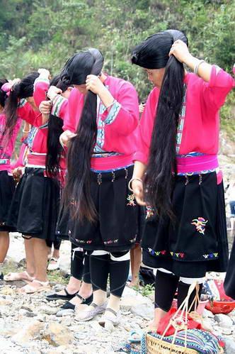 נשות יאו בעת סידור שערן הארוך