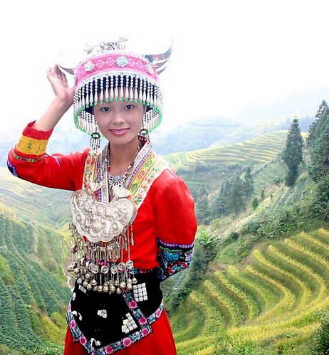 נערת מיאו אדומים בלבוש ייצוגי