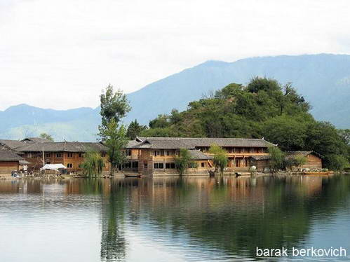 בתי המוסו על גדת אגם לוגו