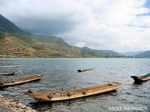 סירות על אגם לוגו