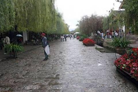 השבילים המרוצפים והערבות הבוכיות ברחובה הראשי של ליג'יאנג העתיקה