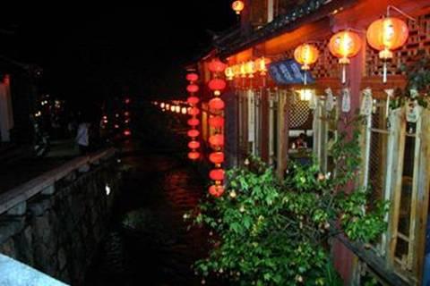 סמטאות ליגי'יאנג בעת לילה, שרשרות תליוני למפיונים מוארים