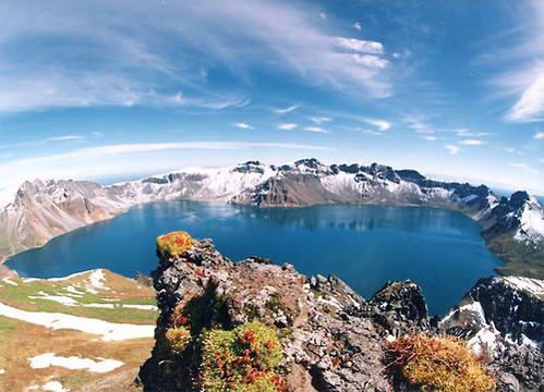 אגם השמיים ביום קיץ יפה