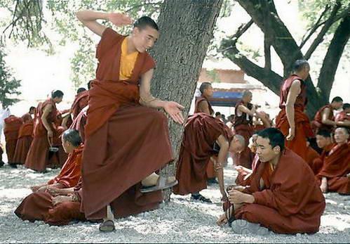 נזירים בעת וויכוח תיאולוגי נוקב