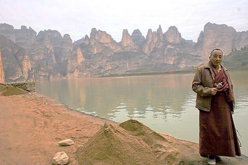 נזיר ברקע נופים גירניים של הנהר הצהוב במסדרון חאש'י