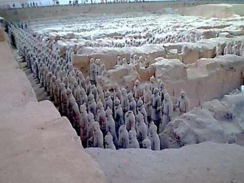 מסדר חיילי הטרקוטה השומר על קברו של צ'ין שי חואנג-די
