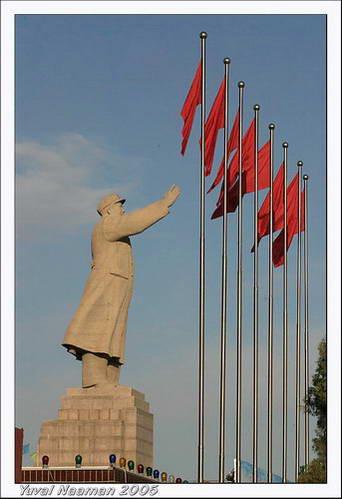 פסל מאו ענק המנופף לשלום לבני העם האויגורי