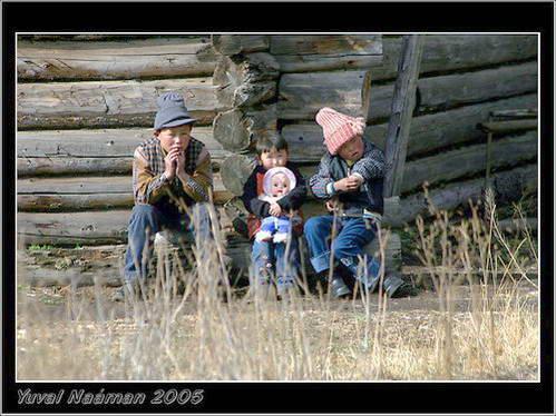 תושבים קזאחים ליד בקתתם