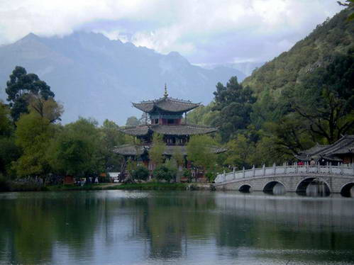 פוויליון חמשת הפניקסים (WuFèng Lu), לצד גשר חמשת הקשתות (WuKong Qiao)  בפארק מעיין הירקן (YuQuan GongYuan), לצד ברכת הדרקון השחור (HeiLongTan), כשברקע הר דרקון הירקן