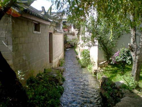 אחת התעלות הרבות המפכות בעיר העתיקה בליג'יאנג