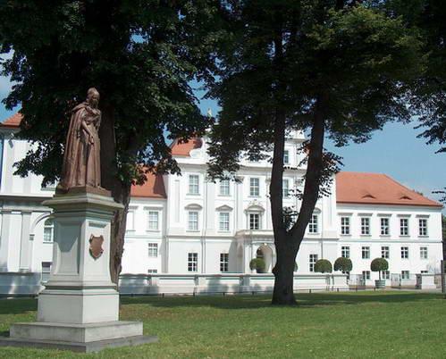 הארמון ואנדרטת הברונזה לזכרה של לואיזה הנרייטה