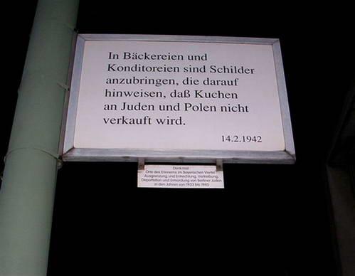 אחד משמונים השלטים ברובע הבווארי, ברלין