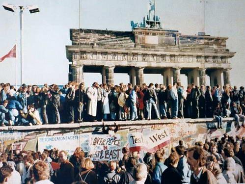 מחאה נגד חומת ברלין ימים ספורים לפני תחילת נפילתה