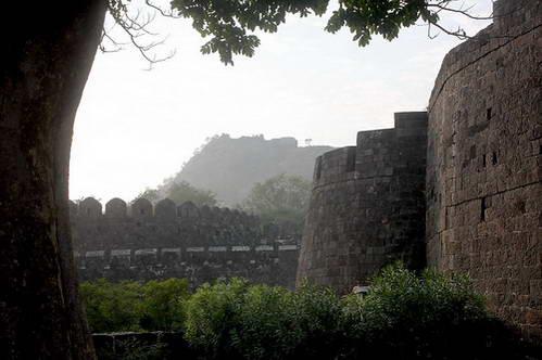 חומות מבצר דולאטאבד והמבצר ברקע