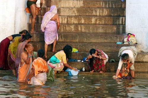 טבילה טיקסית בנהר הגאנגס, הודו