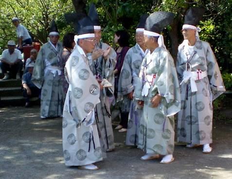 יפנים בבגדי חג מסורתי