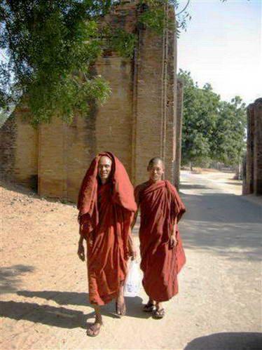 נזירים בעיר העתיקה, מיאנמר