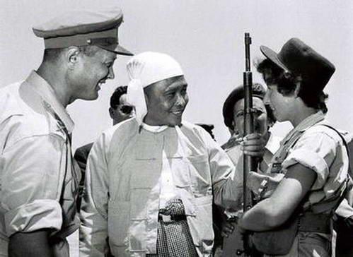 מנהיג בורמה או-נו עם משה דיין בביקור בארץ, 1955