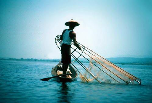 דיג באגם אינלה, במדינת שאן, מיאנמר