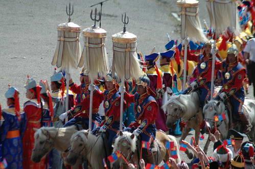מונגוליה תהלוכת הדגלנים עם קלשונו של צ'ינגיס-חאן ורעמות הסוס הלבנות