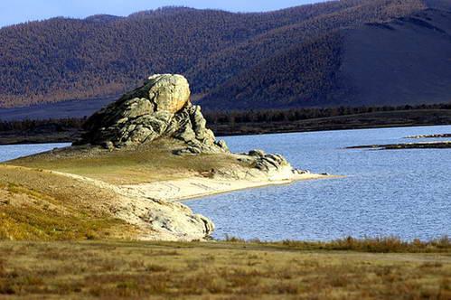 סלע הקרפדה העושה דרכו לקפוץ לאגם הלבן