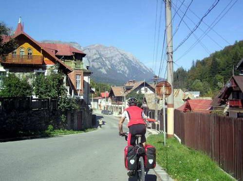 רחובות העיר סינאיה וברקע הרי בוצ'גי הגבוהים