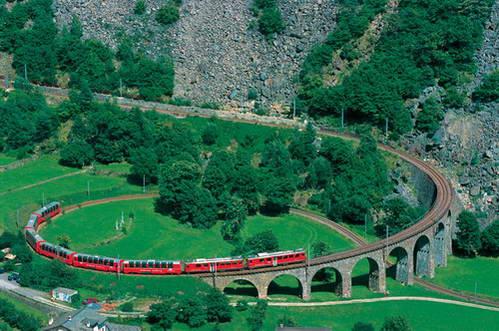 רכבת ברנינה אקספרס על גשר Brusio viaduct