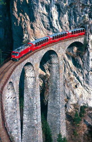 ערוץ אלבולה, רכבת ברנינה אקספרס ורכבת ריילריידר על גשר לאנדוואסר ויאדוקט