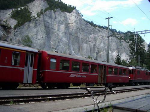 הרכבת עושה דרכה בקניון נהר הריין