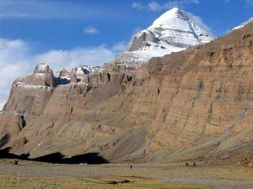 הר קאילאש המושלג, למרגלותיו הולך אדם