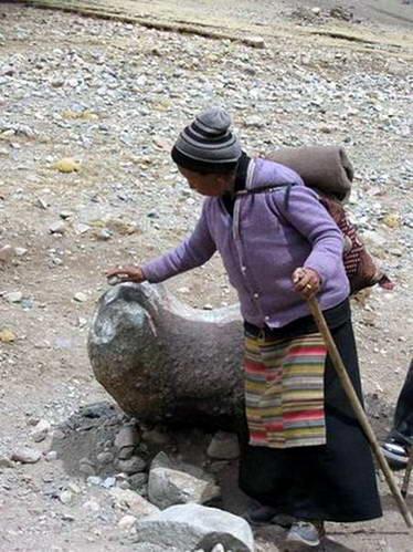 עולת רגל מניחה אבן על סימן דרך במסלול