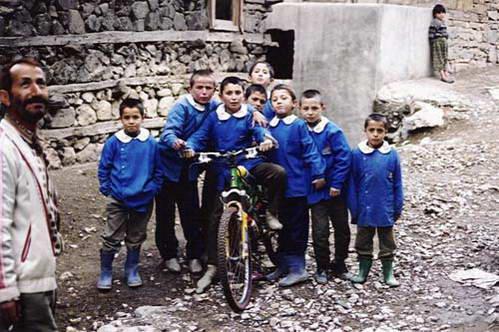 ילדים טורקים מתלהבים מהאופניים, הרי הטאורוס