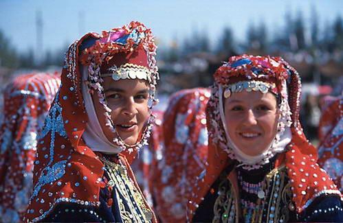 רקדניות בלבוש טורקי מסורתי