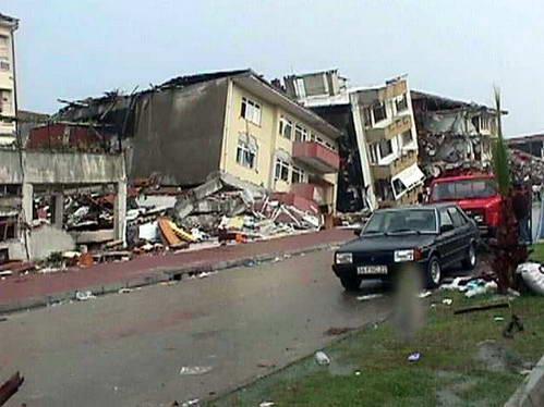 רחוב הרוס ברעידת איזמיט 1999, טורקיה