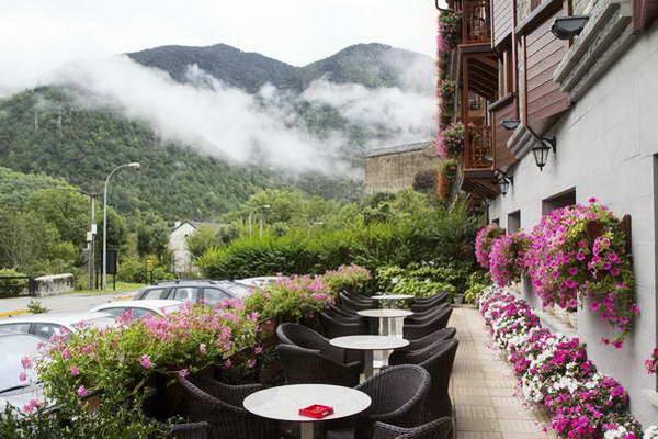 טיולי גיל הזהב, מלון בהרי הפירנאים, ספרד