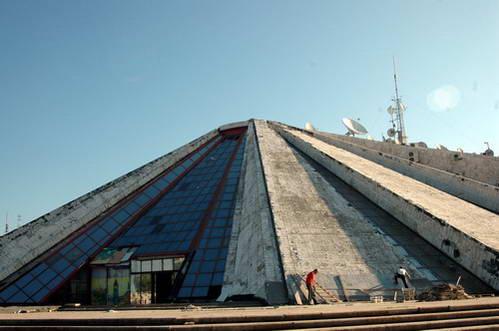 הפירמידה להנצחת המנהיג הקומונויסטי האחראי לבידודה של אלבניה