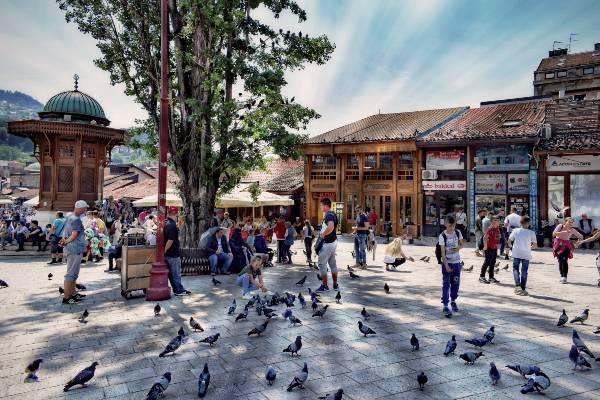 פיאצה אירופאית שבמרכזה ניצב סֶבִּיל עות'מאני, סרייבו