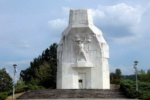 אנדרטה בפארק קוזארה, רפובליקה סרפסקה