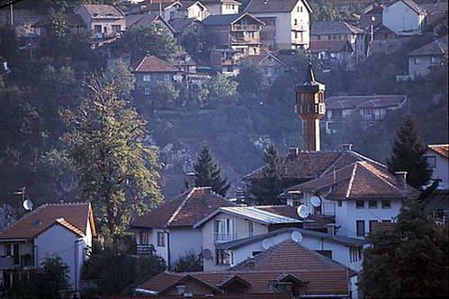צריחי מסגדים מחודדים מעל בתי סרייבו