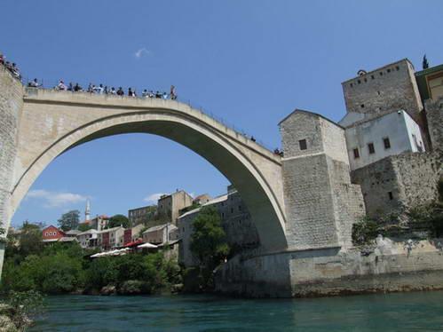 גשר מוסטר וקופץ מתכונן למלאכת יומו