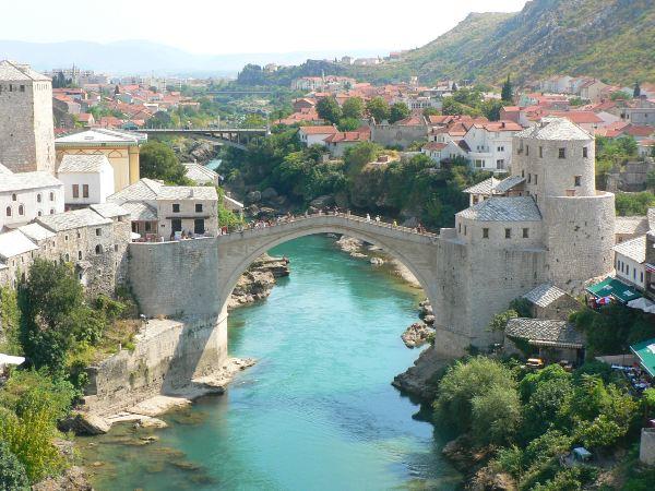 הגשר במוסטר כסמל של הרמוניה בין הקבוצות האתניות בבוסניה והרצגובינה
