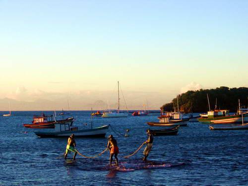 חוף הים בברזיל, סירות במפרץ בברזיל, פסל הדייגים